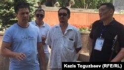 Встреча гражданских активистов в парке имени Ганди в Алматы. Слева – Алмат Жумагулов. 29 июля 2017 года.