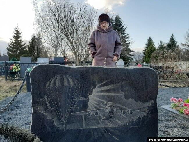 Татьяна Александровна на могиле сына