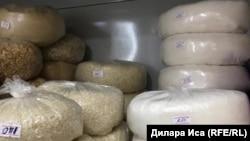 Сахар и крупы на полке продуктового магазина в Шымкенте. 28 сентября 2018 года.