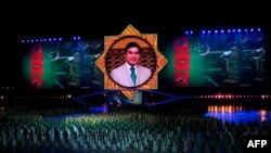 Портрет президента Туркменситна на церемонии открытия дворца счастья в Ашхабаде (иллюстративное фото)