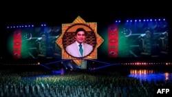 Türkmenistanyň prezidentiniň suraty Bagt köşgüniň açylyş dabarasynda, Aşgabat (illýustrasiýa suraty)