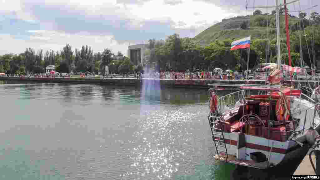 В этот день в городе были запланированы спортивные мероприятия, морской парад, выставка сувенирной продукции, семейный фестиваль-конкурс тельняшек, конкурс шашлыков и концерт.