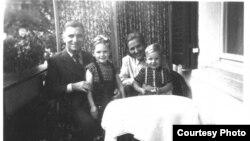 Familie elveţiană care a înfiat copii germani. Sursa: Städtische Museen Freiburg