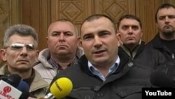 Прес-конференција на Стојанче Ангелов од партијата Достоинство пред македонското Собрание.
