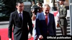 Встреча премьер-министра Армении Никола Пашиняна (справа) и премьер-министра Грузии Гиоргия Гахарии в Ереване, 15 октября 2019 г.