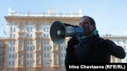 Активист перед посольством США в Москве выкрикивает антиамериканские лозунги. Архивно-иллюстративное фото