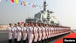 """Военнослужащие ВМС Китая в почетном карауле на борту первого и пока единственного авианосца НОАК """"Ляонин"""""""