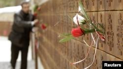 Катында курман болгондордун аттары чегерилип жасалган мемориалдык дубал