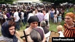 У здания Патриархии Грузинской Православной Церкви с утра собралась большая толпа верующих, ожидавших решения Священного Синода. Несмотря на жару, люди не расходились