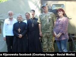 Марьяна Кияновская в зоне АТО с волонтерами-священниками