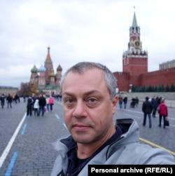 Авторът Никола Кръстев пред мавзолея на Ленин в Москва