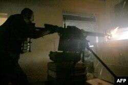 Украинский солдат во время боя с пророссийскими сепаратистами в Авдеевке в районе Донецка. 25 июня 2016 года