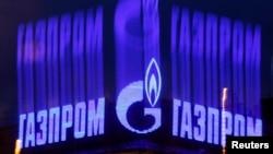 "Russiýanyň ""Gazprom"" kompaniýasynyň emblemasy."