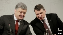 Президент України Петро Порошенко (л) на зустрічі з президентом Латвії Раймондсом Вейонісом, Рига, Латвія, 4 квітня 2017 року