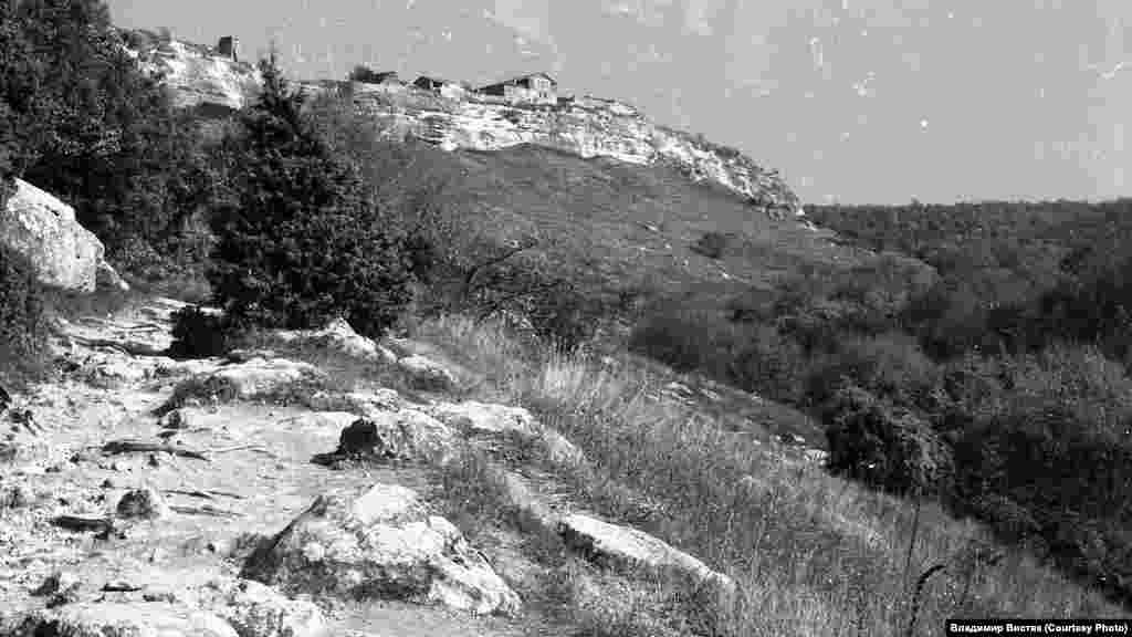 По словам историков, при строительстве фортификаций греки использовали самые передовые научные достижения. Кроме монументальных стен, они возвели комплекс инженерных сооружений, через которые вода подавалась в город