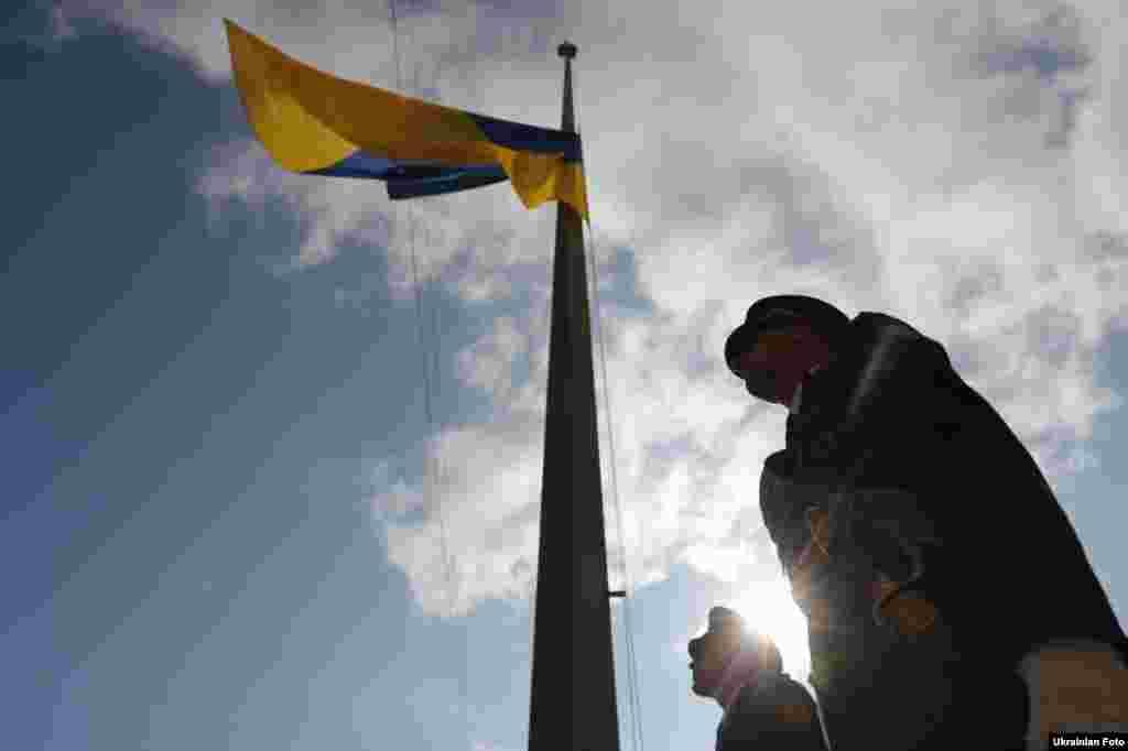 Український прапор на флагштоку біля КМДА