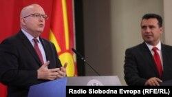 Ndihmëssekretari amerikan i Shtetit,Philip Reeker,dhe kryeministri i Maqedonisë së Veriut, Zoran Zaev.