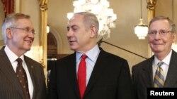 بنیامین نتانیاهو، نخست وزیر اسرائیل (وسط) به همراه هری رید، رهبر اکثریت دمکرات در سنا و میچ مک کانل، رهبر جمهوریخواهان در سنا