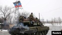 Ҷудоихоҳони украин савори тонк дар наздикии Донетск. 22 январи соли 2015