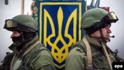 Озброєні особи без розпізнавальних знаків біля входу до української військової частини неподалік Сімферополя