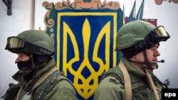Украинская воинская часть в Крыму, блокированная вооруженными людьми