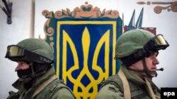 Militari ruşi în faţa unităţii militare ucrainene de la Perevalnoye, lângă Simferopol, 2 martie 2014