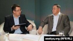 Журналист Рысбек Сарсенбайулы (справа) - в студии программы AzattyqLIVE. Ведет передачу Кенжебек Нурхасенулы.