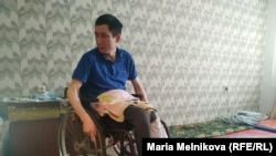 Эрик Жумабаев в комнате квартиры, где он живет.