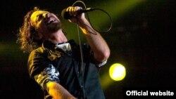 Këngëtari Eddie Vedder i bendit Pearl Jam.