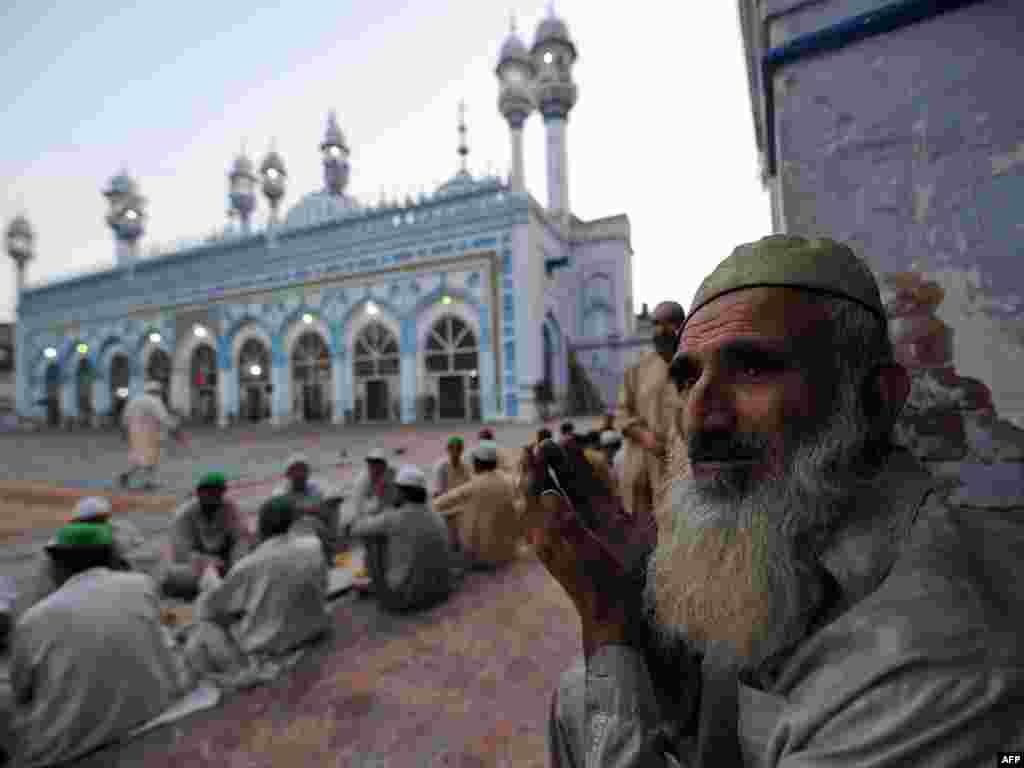 Пакистанські мусульмани моляться біля мечеті в Равалпінді, 17 серпня. Photo by Aamir Qureshi for AFP