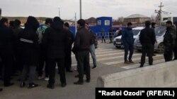 Таджикские мигранты на казахско-узбекской границе, 16 марта 2020 года