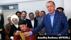 Түркия президенті Режеп Тайып Ердоған (оң жақта) конституциялық реформаға қатысты референдумде дауыс беріп тұр. Стамбул, 16 сәуір 2017 жыл.
