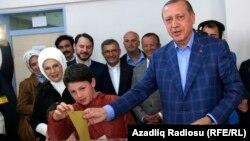 Թուրքիայի նախագահը ընտրատեղամասում, 16-ը ապրիլի, 2017թ.