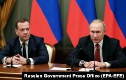 Ресей президенті Владимир Путин (оң жақта) мен премьер-министр Дмитрий Медведев үкімет мүшелерімен жиын өткізіп отыр. Мәскеу, 15 қаңтар 2020 жыл.