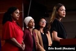 Женщины-члены Конгресса, ставшие объектом жесткой критики Трампа в ответ на критику в его адрес: Аяна Прессли, Ильхан Омар, Рашида Тлаиб, Александра Окасио-Кортес (слева направо)