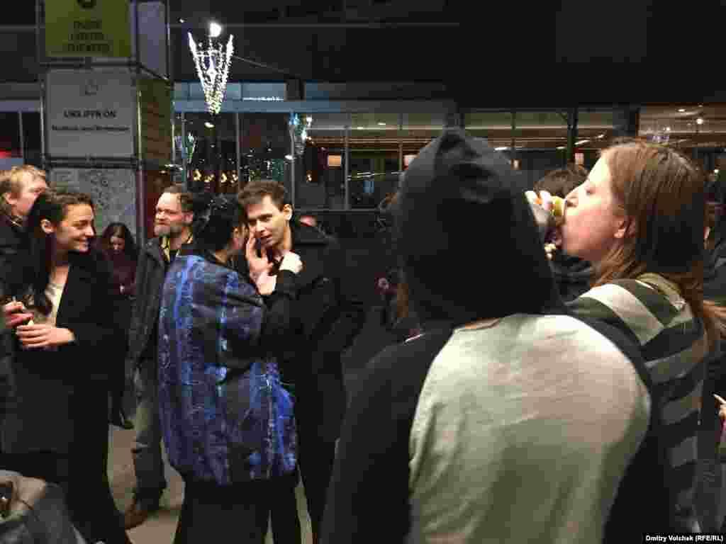 Солист российской группы Scofferlane (в центре), также выступавшей в Роттердаме, общается с поклонниками после концерта