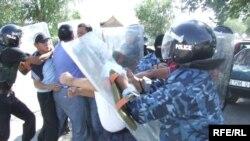 Балыкчыда милиция эки депутатты кармаган учур. 23-июль, 2009-жыл.