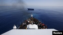 Աֆրիկացի փախստականները Սիցիլիայի ափերին մոտենալիս, արխիվ