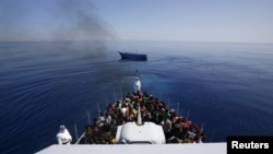 Близько 300 африканців на кораблі Фінансової поліції Італії, врятовані з їхнього судна неподалік берегів Сицилії, фото 14 травня 2014 року