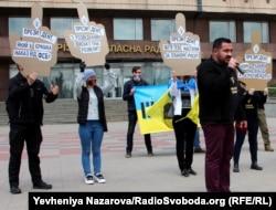 Активісти в Запоріжжі підняли плакати-«долоні» з питаннями до президента Зеленського