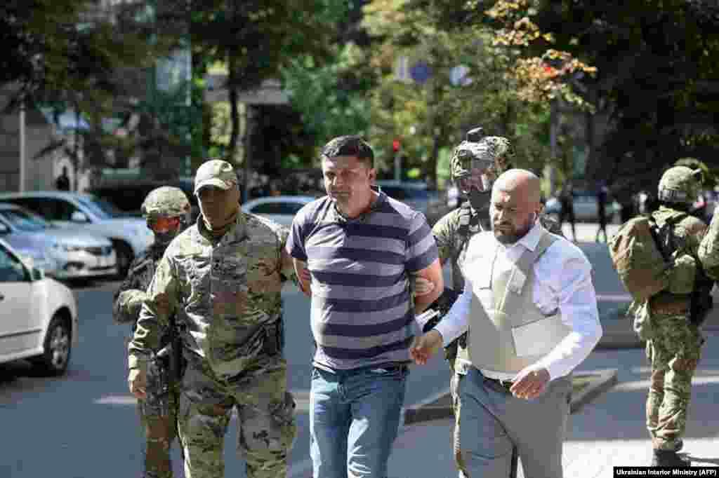 УКРАИНА - Полицијата во Украина го уапси мажот кој влезе во зградата на украинската влада во Киев и со часови се закануваше дека ќе активира експлозив. Шефот на украинската национална полиција Ихор Клименко рече дека осомничениот е ветеран од војната против сепаратистите поддржани од Русија на истокот од Украина. Тој рече дека осомничениот бил повреден два пати во војната, а едната повреда била на главата.