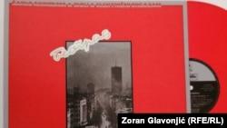 """Omot albuma """"Paket aranžman"""" iz 1981. godine, na kome su zabeleženi snimci do tada nepoznatih bendova Šarlo akrobata, Električni orgazam i Idoli."""