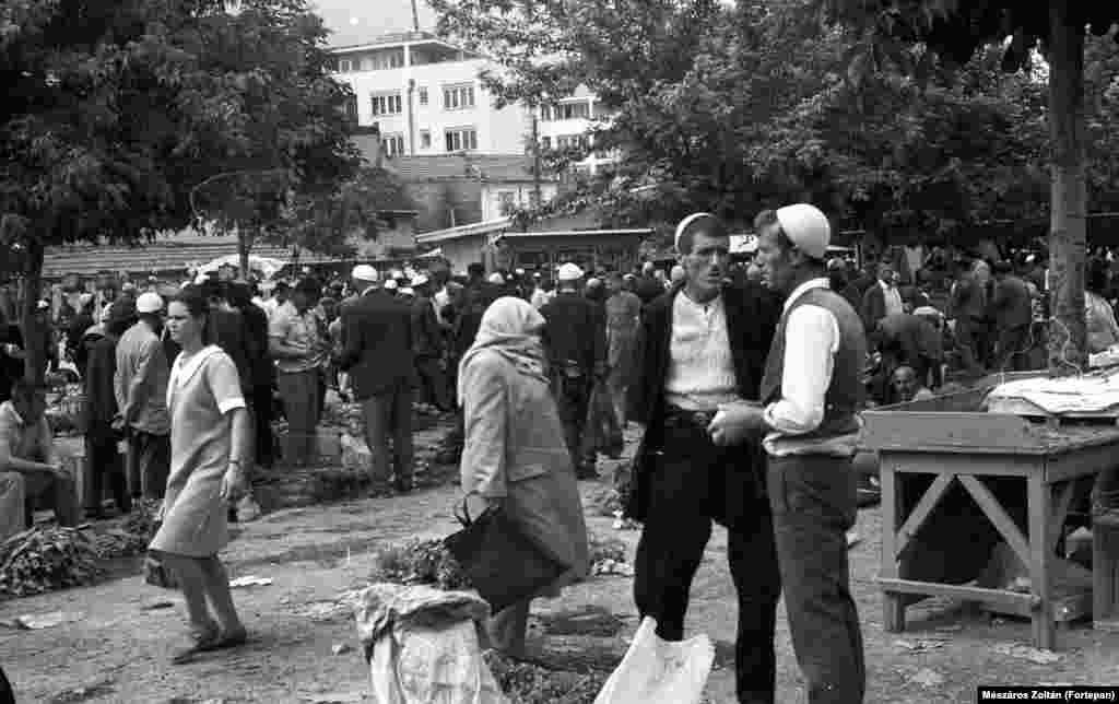 Жители на рынке в Тетово, Македония, 1971 год. Лозунг «Братство и единство» был руководящим принципом многонациональной Югославии. Несмотря на репрессии тайной полиции, в Югославии усиливались разломы по этническому признаку.
