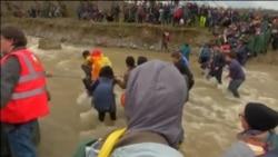 Migranti prelaze reku u blizini grčko-makedonske granice