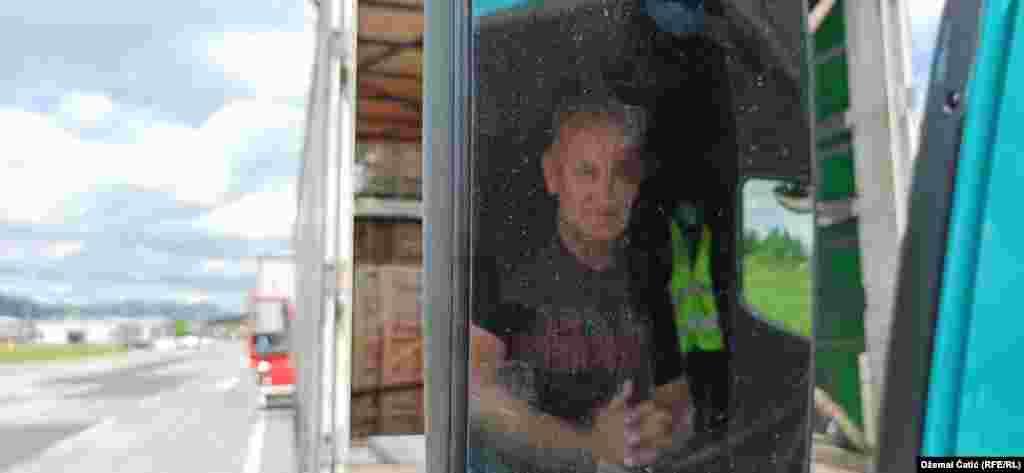 """Vozač Fikret Mujadžić iz Cazina, na sjeverozapadu BiH cijeli dan čeka da uđe u Hrvtasku. Zbog gužve neće uspjeti predati robu i tako ostaje bez zarade.  """"Ovo nisu problemi, ovo već postaje robija. Za vozače je robija i za firme je robija"""", kaže Mujadžić."""