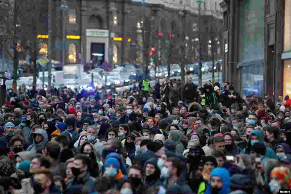 Протестувальники на Тверській вулиці в Москві. У Москві затримали 30 учасників протестів. Найбільше затриманих – у Петербурзі (806). На другому місці – Уфа, там були затримані 119 людей. Понад 50 затриманих – у Казані, Барнаулі, Сочі, Воронежі