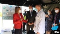 Комисар Стела Кириакиду и министър Стойчо Кацаров посетиха един от мобилните пунктове за ваксинация