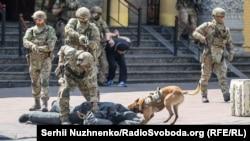 Стрілянина, пожежники і бронеавтомобілі: у Києві тренувалися звільняти синагогу від терористів (фоторепортаж)