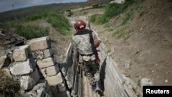 Боец армянских вооружённых формирований на линии соприкосновения в Карабахе