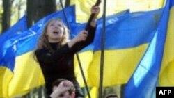 Националистические выступления случались на Украине и раньше, но до ножей в спину дело не доходило